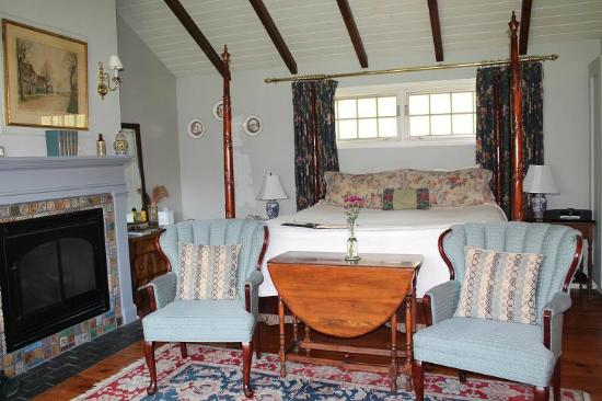Woolverton Inn: The Cottswold Cottage again; king size four-poster bed with PLUSH feather topper & pillows. Zzzz