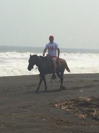 Montando caballo en la playa