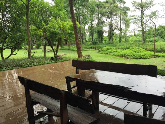 Hakuna Matata Natural Resort : ระเบียงนอกบ้าน log cabin