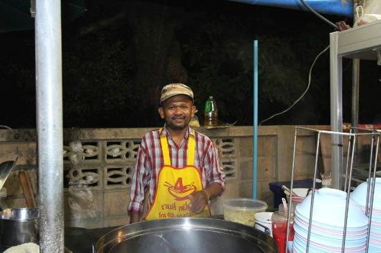 Golden Beach Hotel Cha-am: Food vendor on Beach Road
