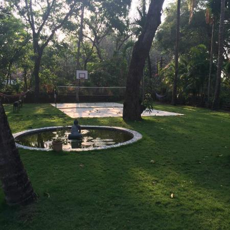 Divar Island Guest House Retreat: Groundswith badminton/basket ball court.