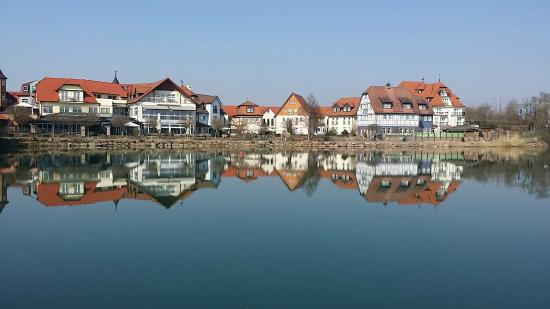 Blick vom bootshaus ber den see zum hotel bild von for Das depot niedernberg