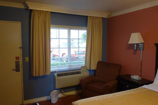 Rose Garden Inn : A comfy chair :)