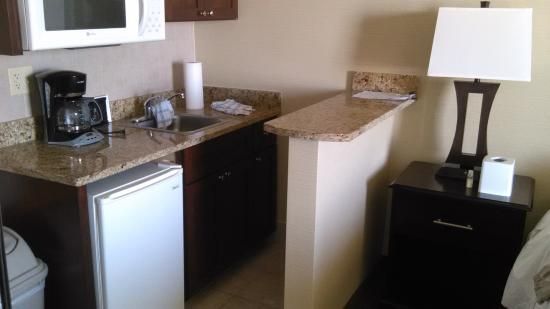 Beach Quarters Resort: Kitchenette area