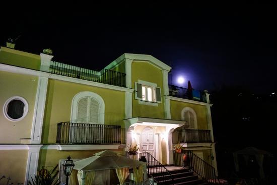 Villa Adriana Guesthouse Sorrento : Villa at night