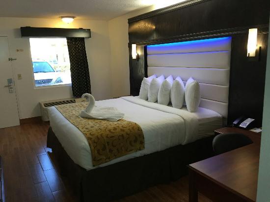 Days Inn Jacksonville South / Near Memorial Hospital: King upgraded room