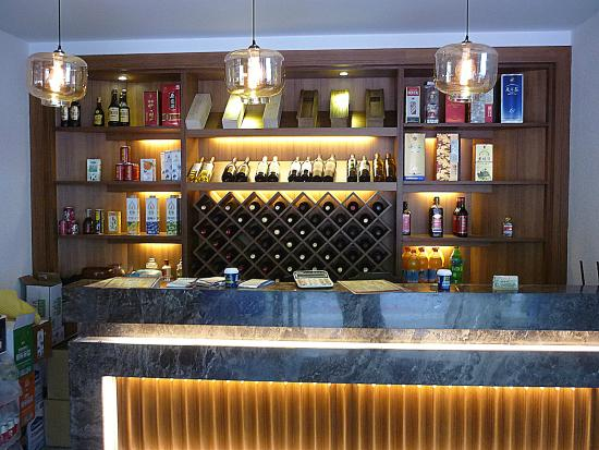 The Bar Counter with Chinese Wine Display - Picture of Nong Cha Yuan ...