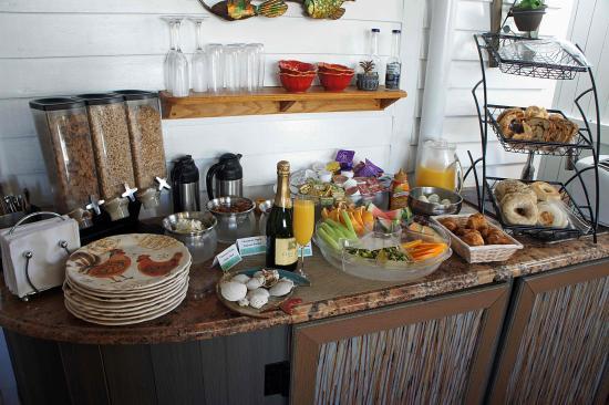 Seascape Tropical Inn: Breakfast area