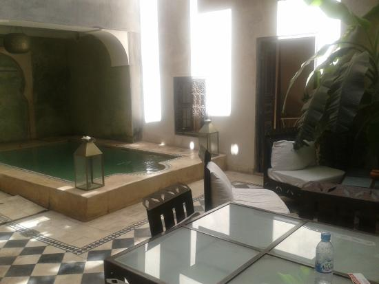Riad Alamir: Peaceful lobby area with cooling pool