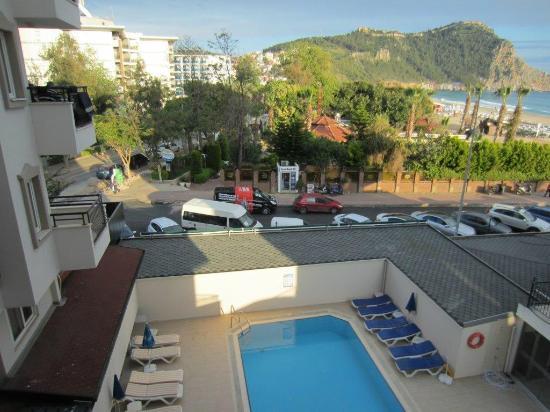 Aroma: widok z balkonu pokoju, w dole basen, po prawej stronie zamek i troche morza przy plaży Kleopatr