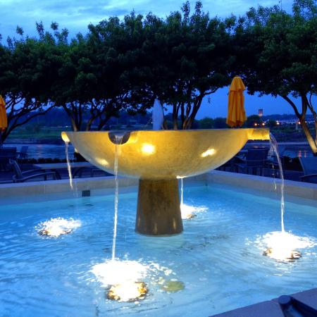 Marina Inn Hotel & Conference Center : Evening fountain by the river