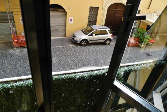 Residenza Ave Hotel: View to Via di Tor di Nona
