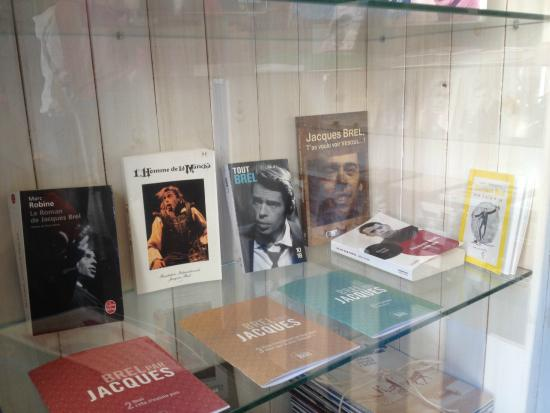 Fondation internationale Jacques Brel: At the entrance while we were waiting ...