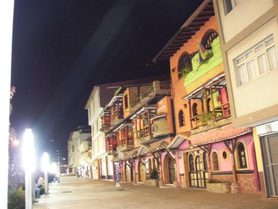 Luna Azul: vista nocturna del boulevar cercano al hotel