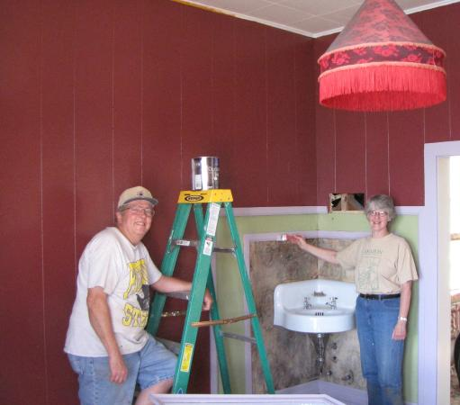 Dumas Brothel Museum: Volunteers painting the madam suite