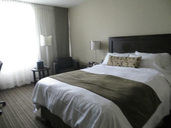 Toronto Airport West Hotel : Comfortable king bed