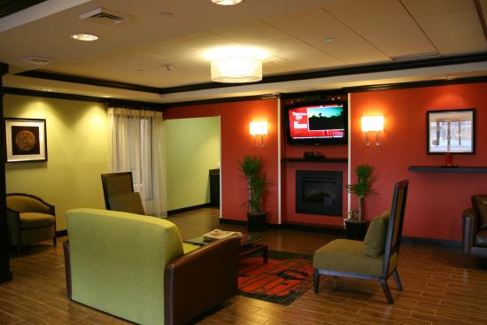 Hampton Inn Jericho - Westbury: Seating in Lobby