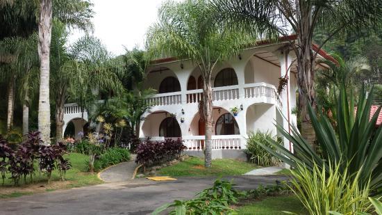 Hotel Rio Perlas Spa & Resort: Building Across from Registration Desk