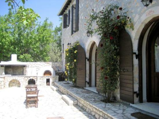 Meli Traditional House : Historic stone villa with large bbq & wood-burning oven