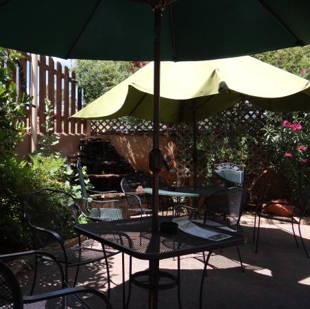 Simon's Hot Dogs: Outdoor seating with fountain