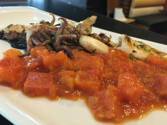 La Fontana trattoria : Txipirones plantxa en su tinta con tomate para menú del diá