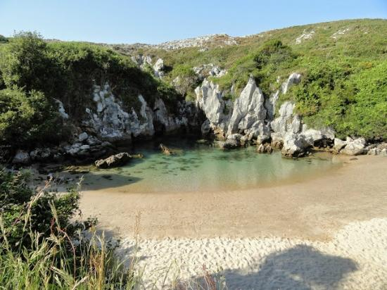 Playa de Gulpiyuri: Na baixada da maré