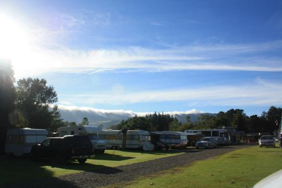 Opal Hot Springs And Holiday Park: Caravan area at Opal Hot Springs
