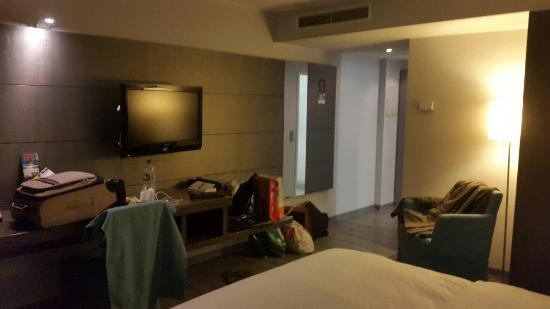 Holiday Inn Düsseldorf - Hafen: La chambre.et sdb