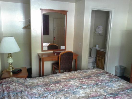 Hi-Lo Motel & RV Park : Room 37 Desk & Bathroom