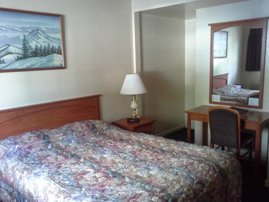 Hi-Lo Motel & RV Park : Room 37 Closet