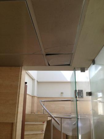 The Hotel Caracas: Poorly place ceiling tile