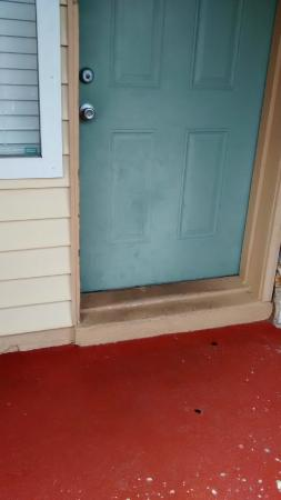 Florida Vacation Villas: Front door oil stains!