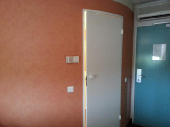 Ibis Caen Porte de Bretagne : Small room with compact bathroom