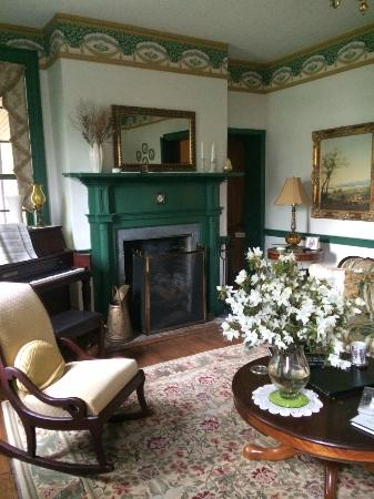 The Jackson Rose B & B: Parlor available to guests