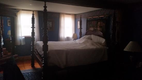 Three Chimneys Inn : High poster bed