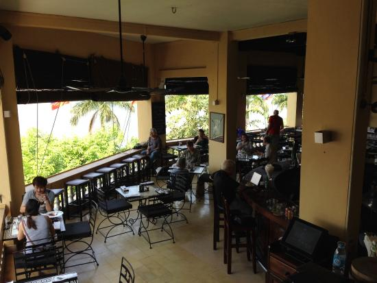 FCC Phnom Penh: Dining room and bar on the middle floor