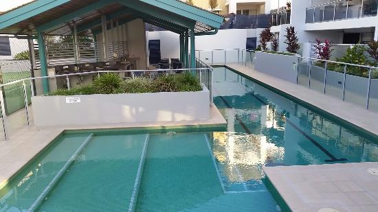 Coolum Seaside Resort: Pools and Barby area at Coolum Seaside