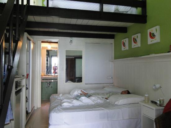 Pousada Palmeiras : o quarto e a porta do banheiro