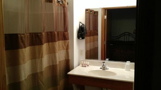 Spring Green Motel: Large bathroom