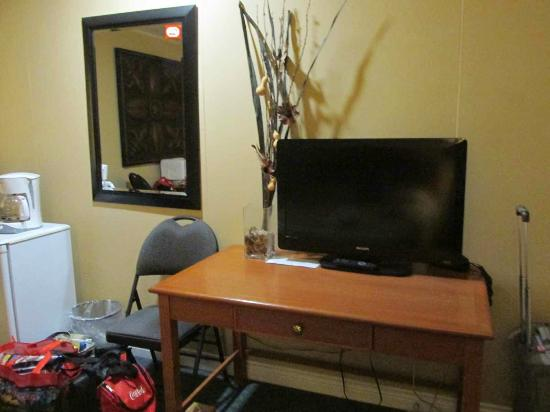 Berry's Motel : Table with TV, outlet uner table