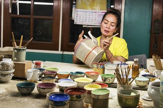 Krathum Baen, Tailândia: Craftswoman at work!