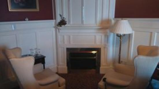 Maryhill, Canada: wing chairs by the fire in your room make for romance