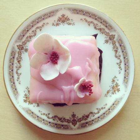 Adele Bistro: no egg cake with fondant