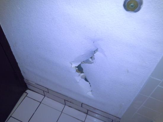Americas Best Value Inn: hole in wall due to waterdamage very noticeable