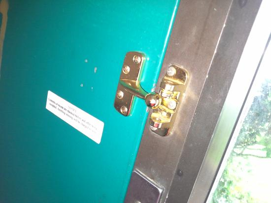 Americas Best Value Inn: broken safty lock. thank nobody had accesse to my key card