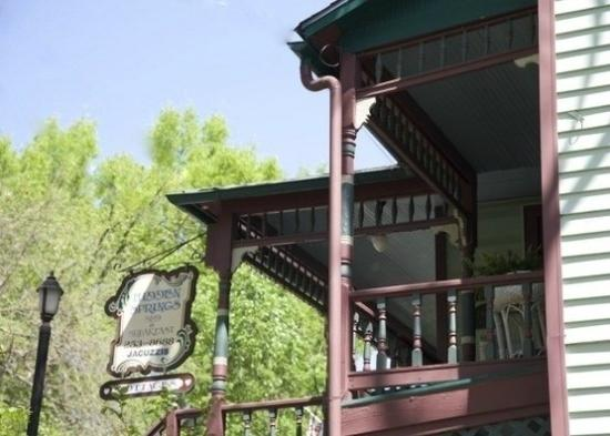 Hidden Springs Bed and Breakfast: Front Porch