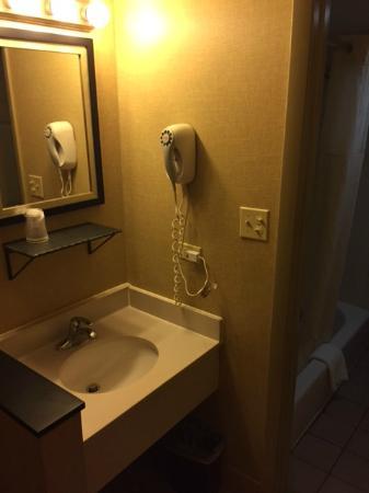 Carlton Inn Midway: Sink outside bath