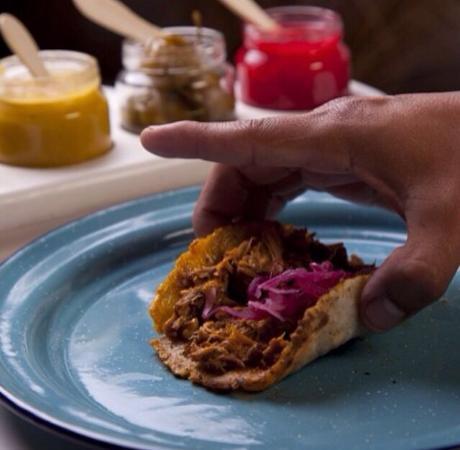 Achiote Cochinita Pibil y Cerveceria Mexicana : Taco de maíz criollo azúl con cochinita