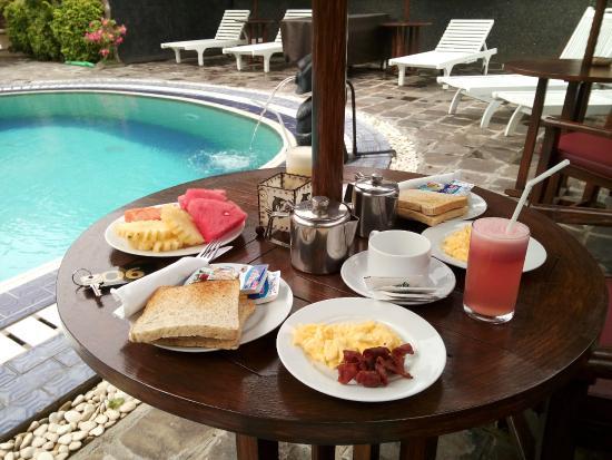 Segara Agung Hotel: Breakfast by the pool