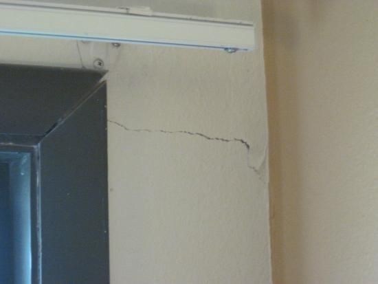 Super 8 Concordia: Cracks by the window